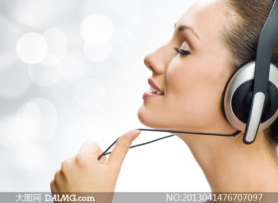 在静心聆听音乐的美女摄影高清图片 - 大图网素材da.