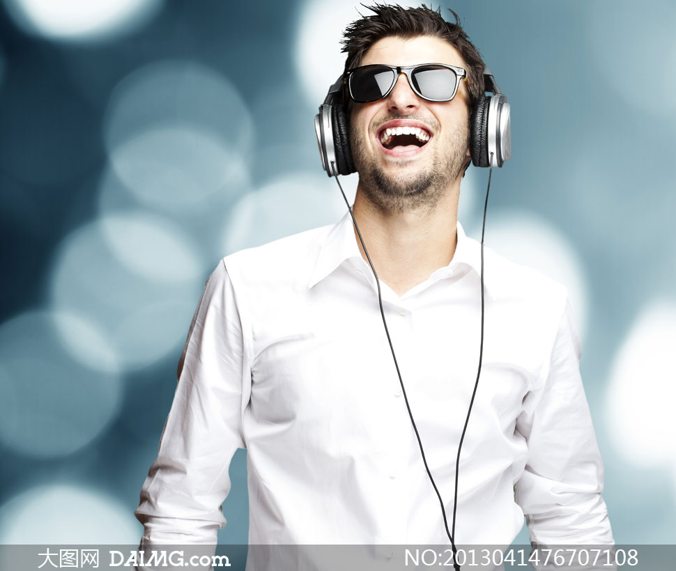 男性胡子胡须络腮胡闭眼听音乐耳机墨镜眼镜大笑开心白色衬衫散景短发图片