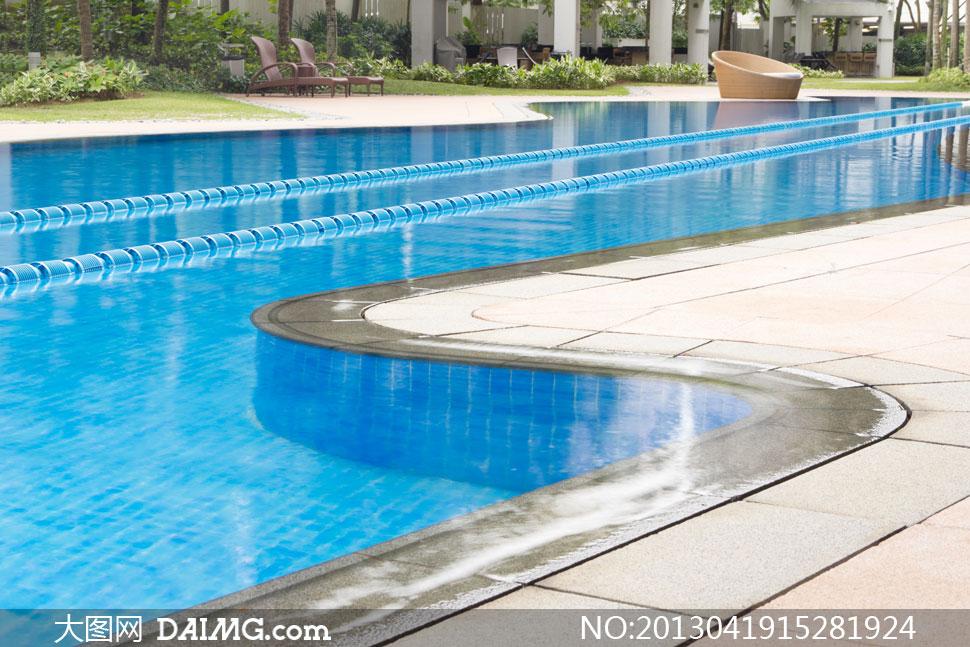 高档别墅区里的游泳池摄影高清图片