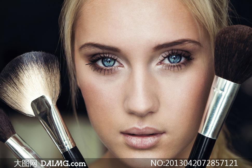 化妆刷与蓝色眼睛美女摄影高清图片
