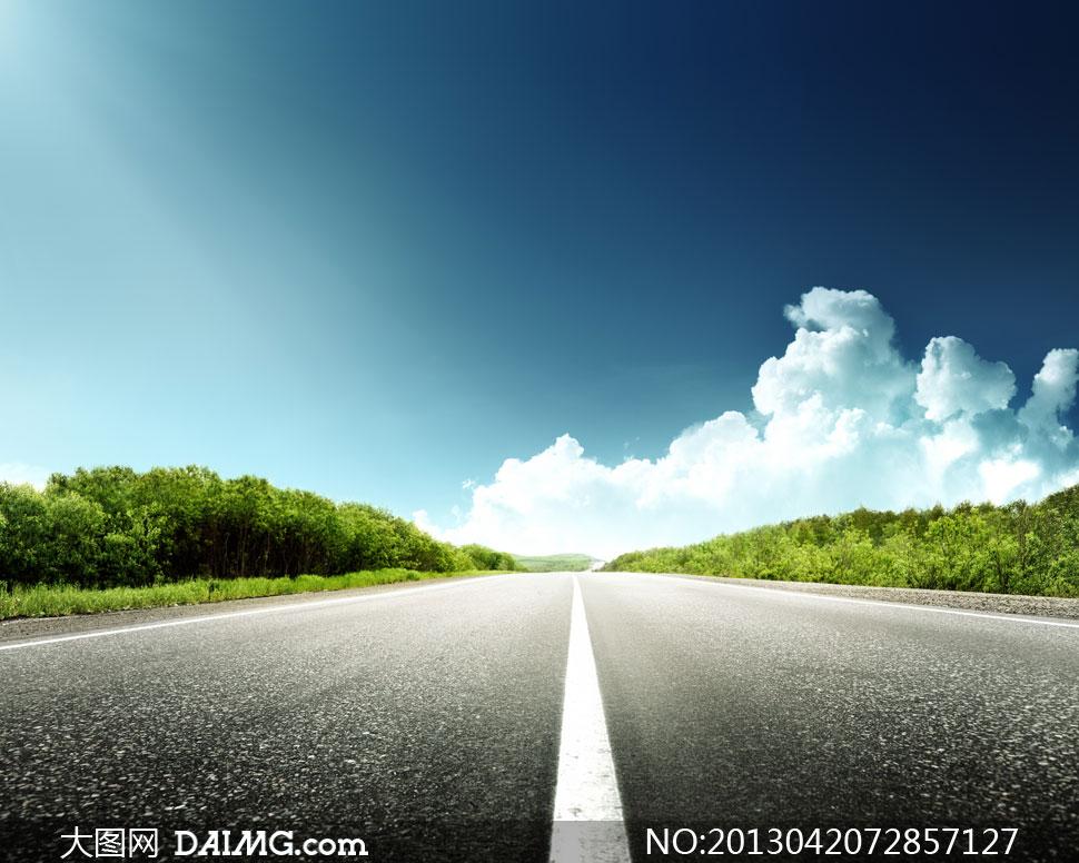 蓝天白云云层云彩多云天空树木树林绿树道路公路路上路面白色标线路边