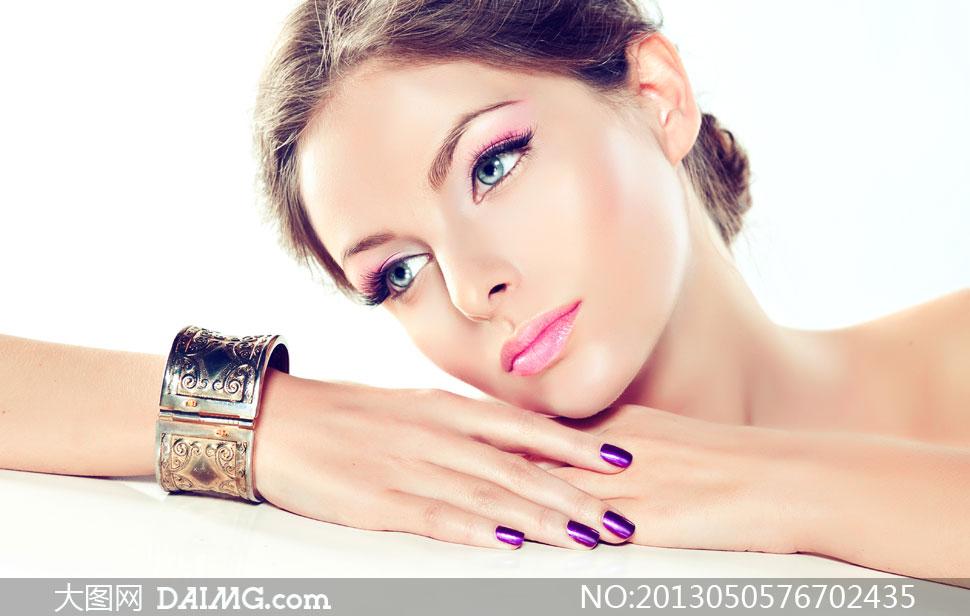 戴手镯的妆容美女人物摄影高清图片