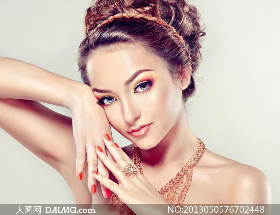 戴首饰的盘发美女模特写真摄影高清图片;;