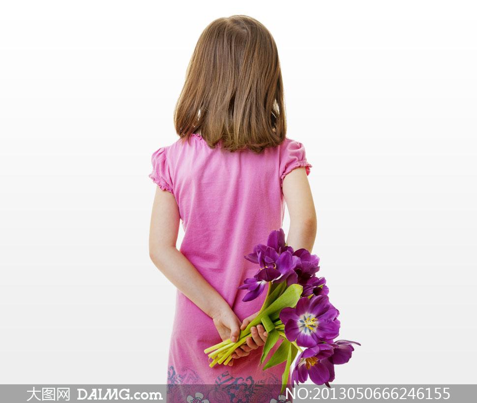 手拿鲜花的小女孩背影摄影高清图片