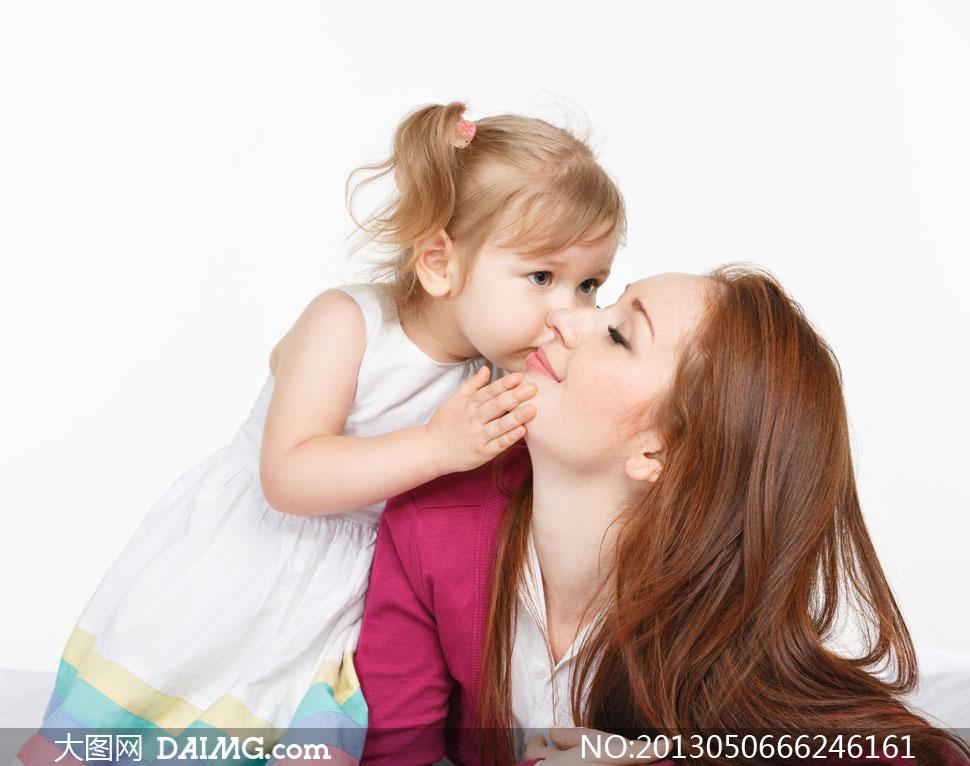 亲吻妈咪的可爱小女孩摄影高清图片