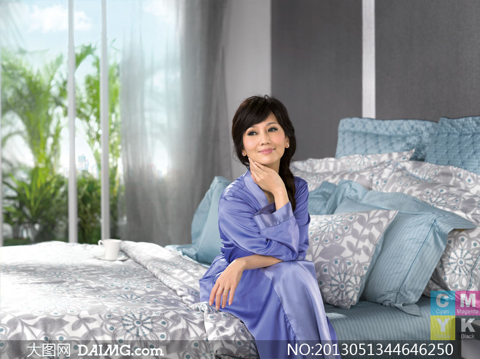 床上用品广告紫衣美女摄影高清图片