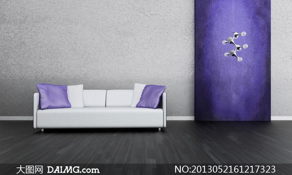 紫枕头白沙发与木地板摄影高清图片