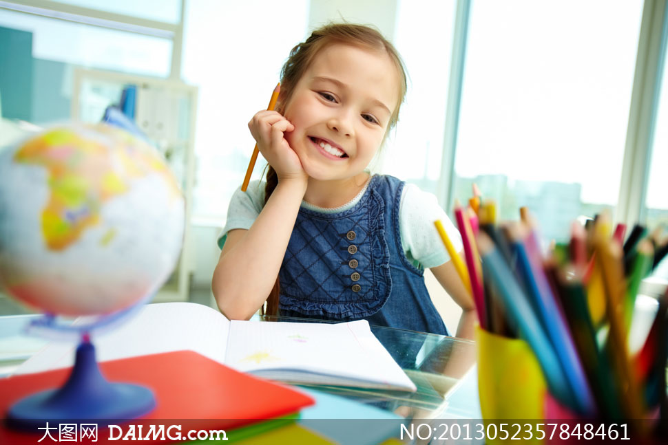 铅笔文具与可爱小女孩摄影高清图片