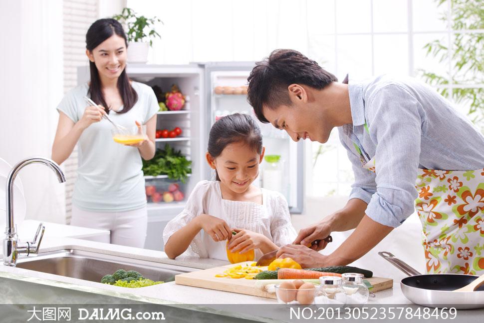 厨房其乐融融的一家人摄影高清图片图片