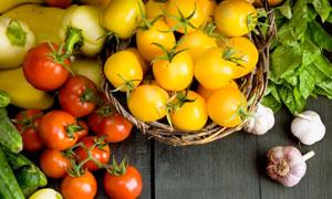 放在木板上的西红柿等摄影高清图片