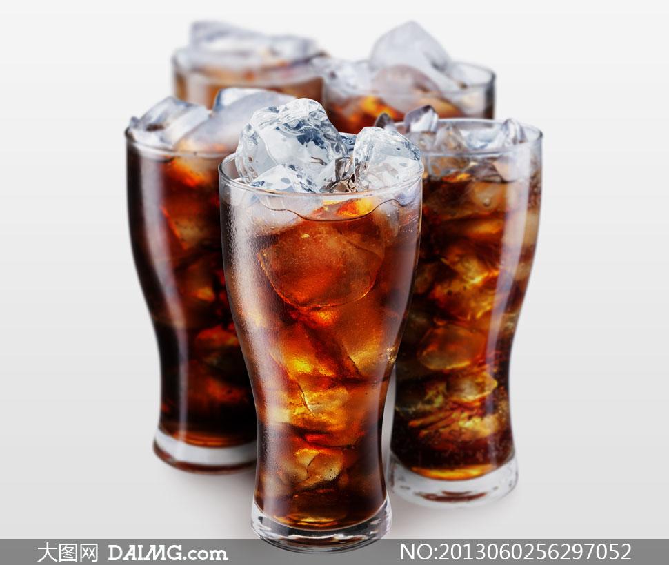 放有冰块的四大杯可乐摄影高清图片