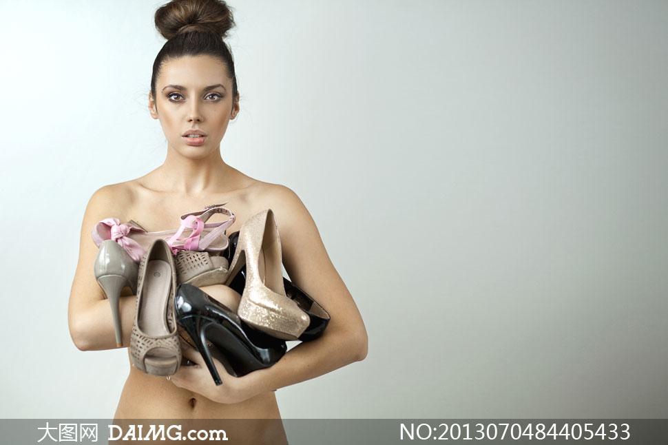 抱着一堆高跟鞋的美女摄影高清图片
