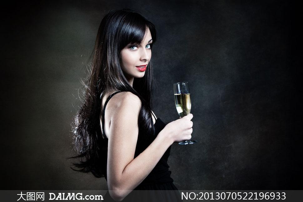 美女剪下两米长发_模特美女女性酒杯香槟酒吊带裙厚嘴唇红唇黑色长发柔顺黑发露肩侧面
