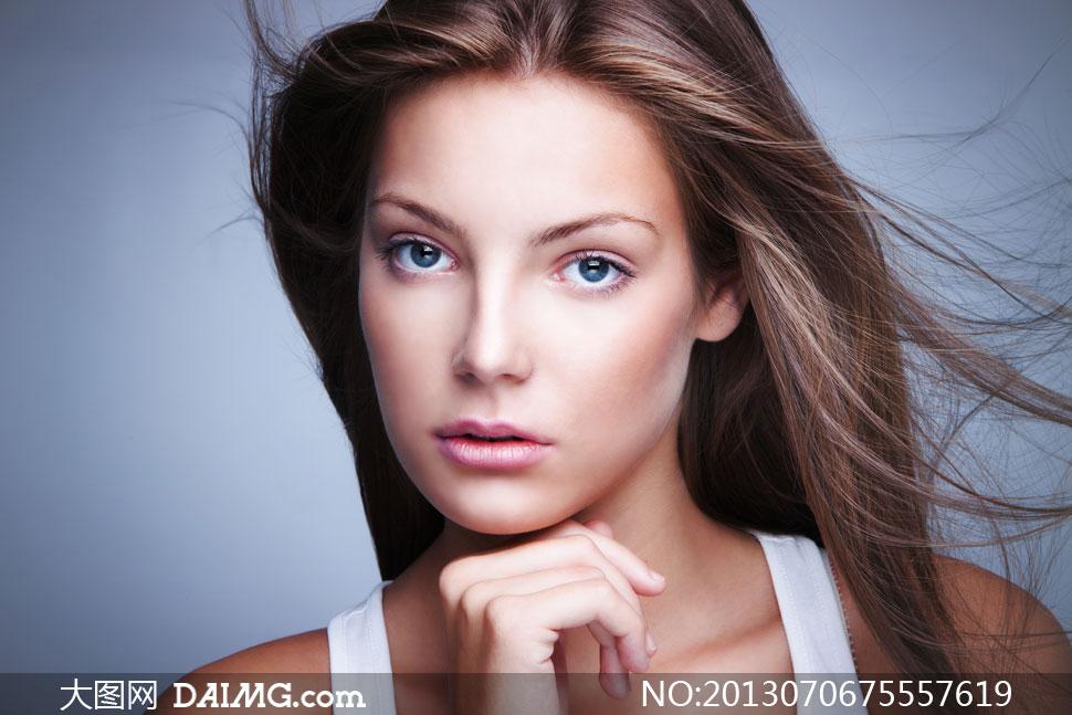 美女女性人像蓝眼秀发美发长发下巴飘逸飘发特写发丝