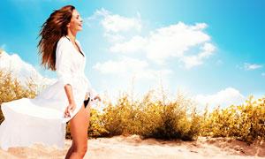 蓝天白云美女与灌木丛摄影高清图片