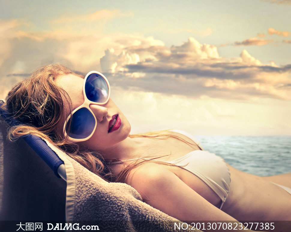 躺椅子上的比基尼美女摄影高清图片