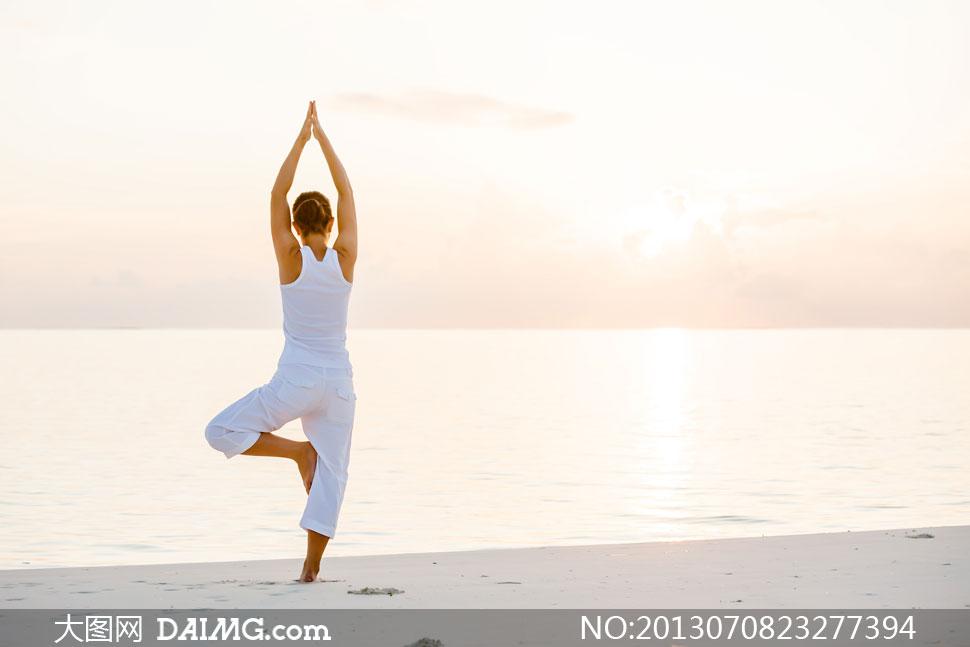 在练习瑜伽的美女背影摄影高清图片
