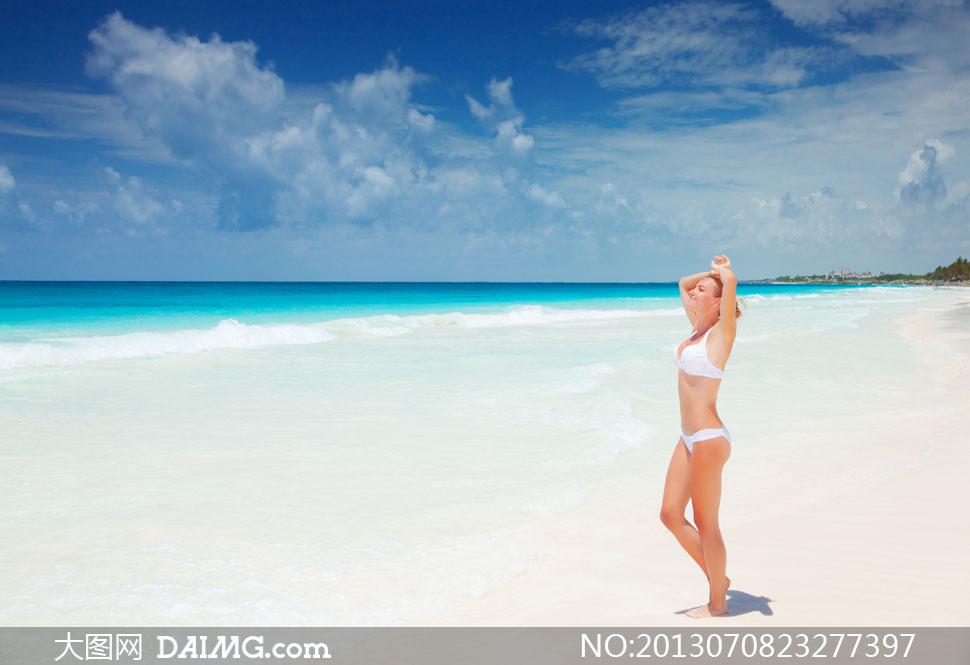 蓝天白云大海沙滩美女摄影高清图片
