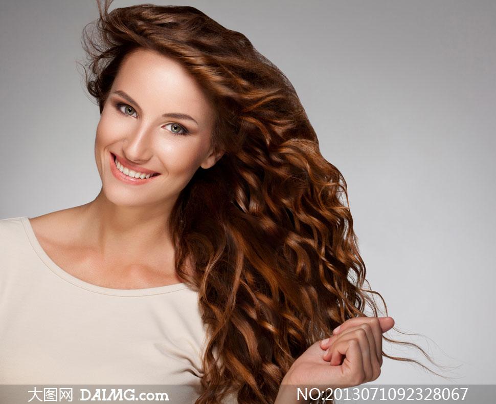 手抓着头发的美女模特摄影高清图片