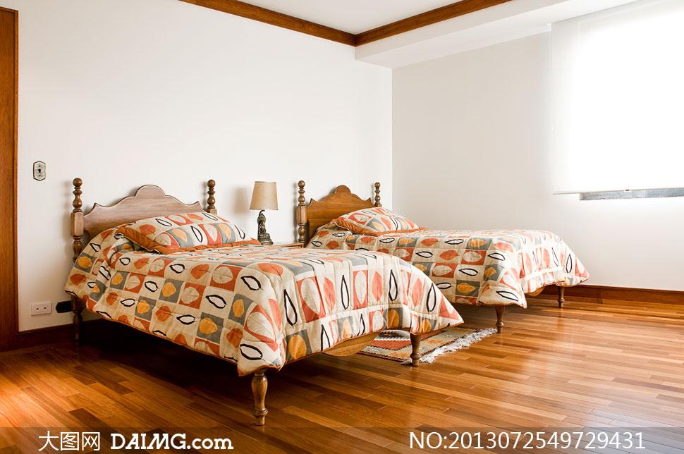 卧室里摆放着的两张床摄影高清图片 - 大图网设计素材图片