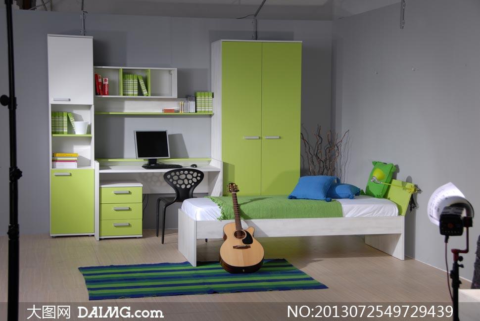 卧室电脑桌与衣柜吉他摄影高清图片