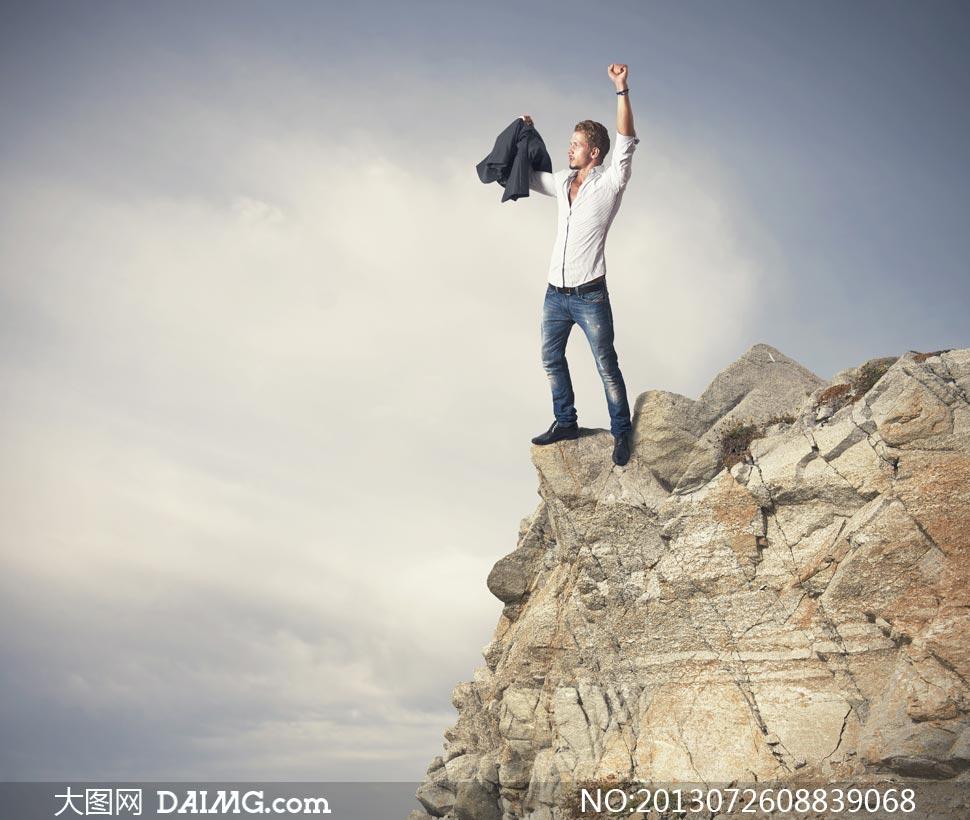站在悬崖上的男人创意摄影高清图片