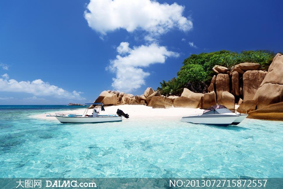 停靠岸边的两只旅游船摄影高清图片 - 大图网设计素材