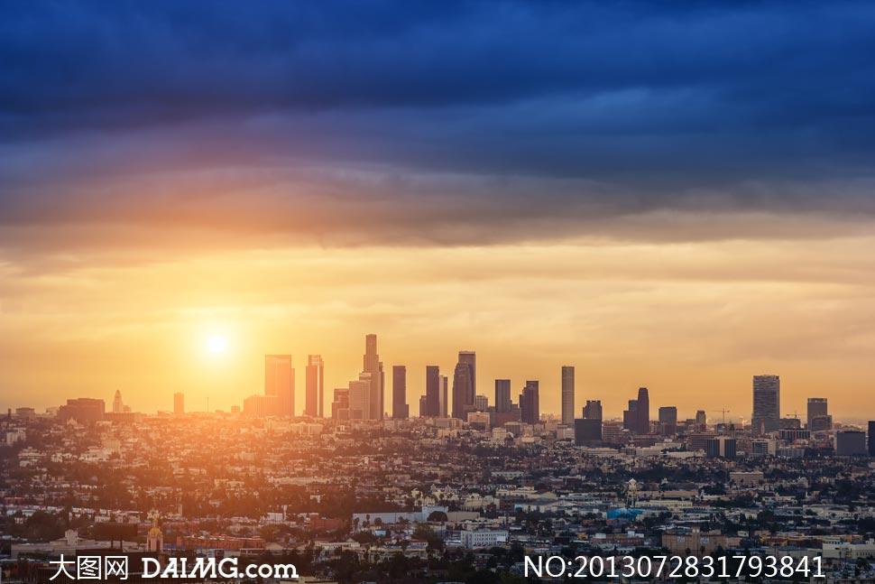 阳光照耀下的城市风光摄影高清图片