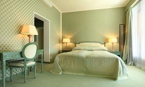 亮着灯的卧房内部摆设摄影高清图片