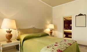 卧室在床头亮着的台灯摄影高清图片