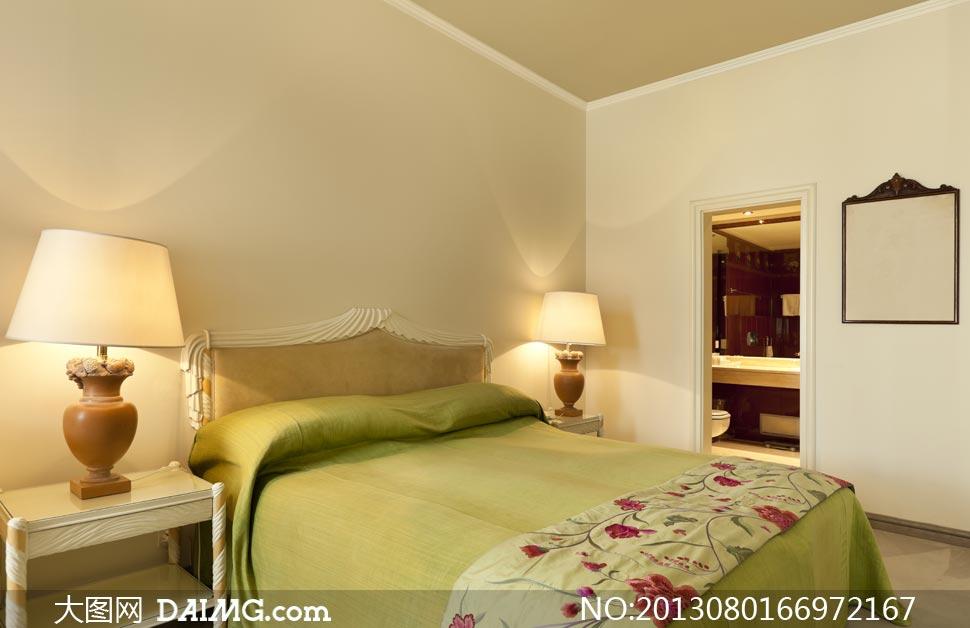 臥室在床頭亮著的臺燈攝影高清圖片