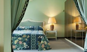卧室亮着的台灯与大床摄影高清图片