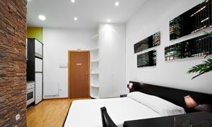 卧室里墙壁上的装饰画摄影高清图片