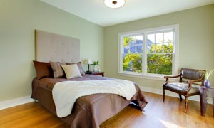 卧室摆设与窗边的沙发摄影高清图片