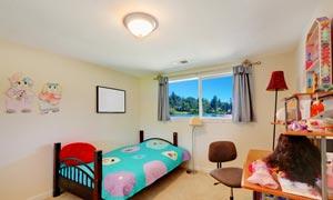 开着窗的儿童房间内景摄影高清图片
