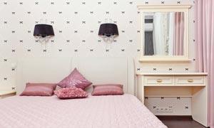 卧室壁灯与床上的枕头摄影高清图片