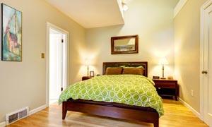 卧室里亮着的台灯等物摄影高清图片