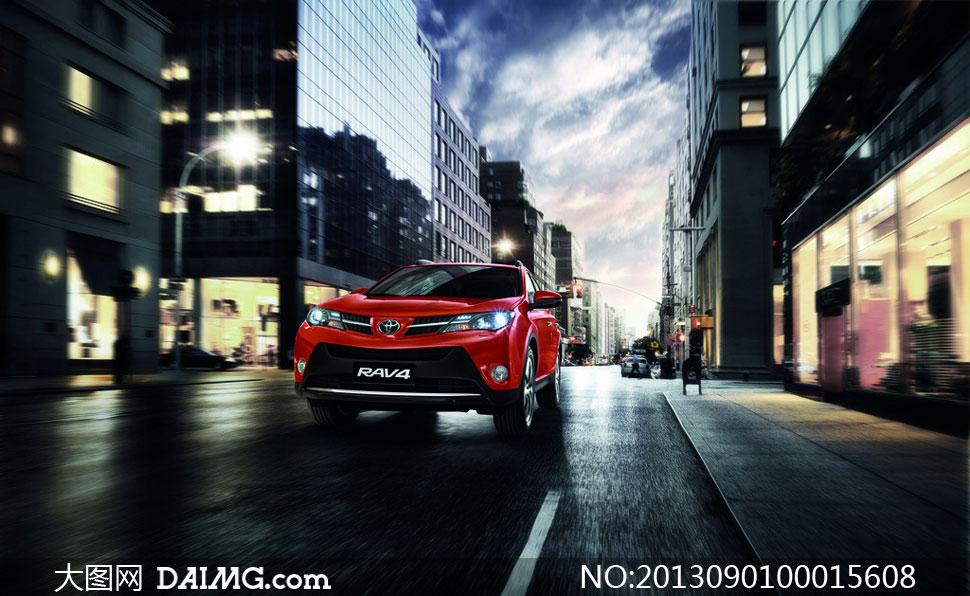 城市中奔驰的丰田RAV4摄影图片