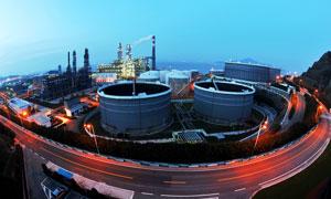 城市马路边工厂夜景图摄影图片