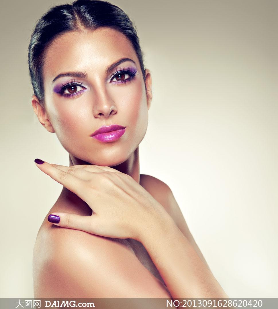 关键词: 高清摄影大图图片素材人物美女模特写真美妆眼妆妆容美甲露肩