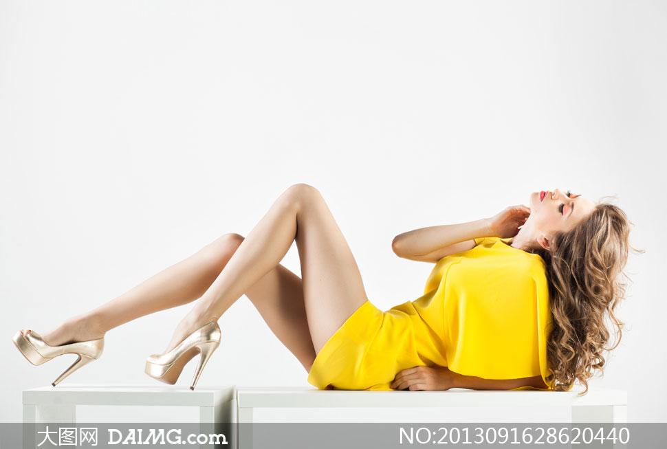 在躺着的长腿美女模特摄影高清图片