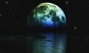 夜晚星星月球与水面倒影等高清图片