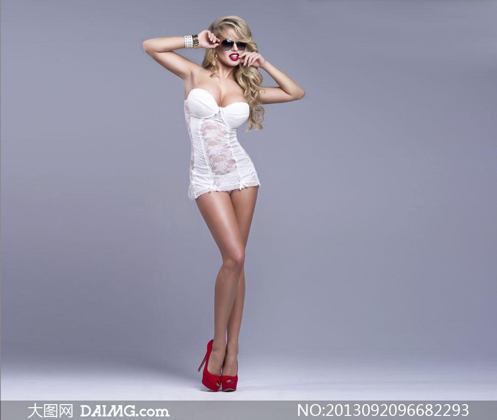 穿着低胸超短裙的美女摄影高清图片