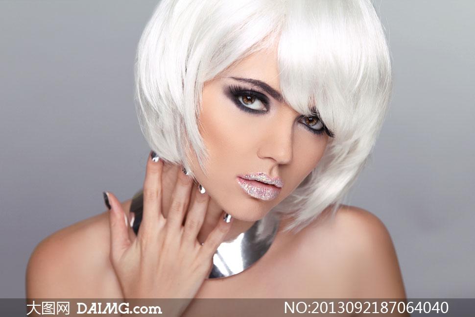 短发露肩眼妆美女人物摄影高清图片
