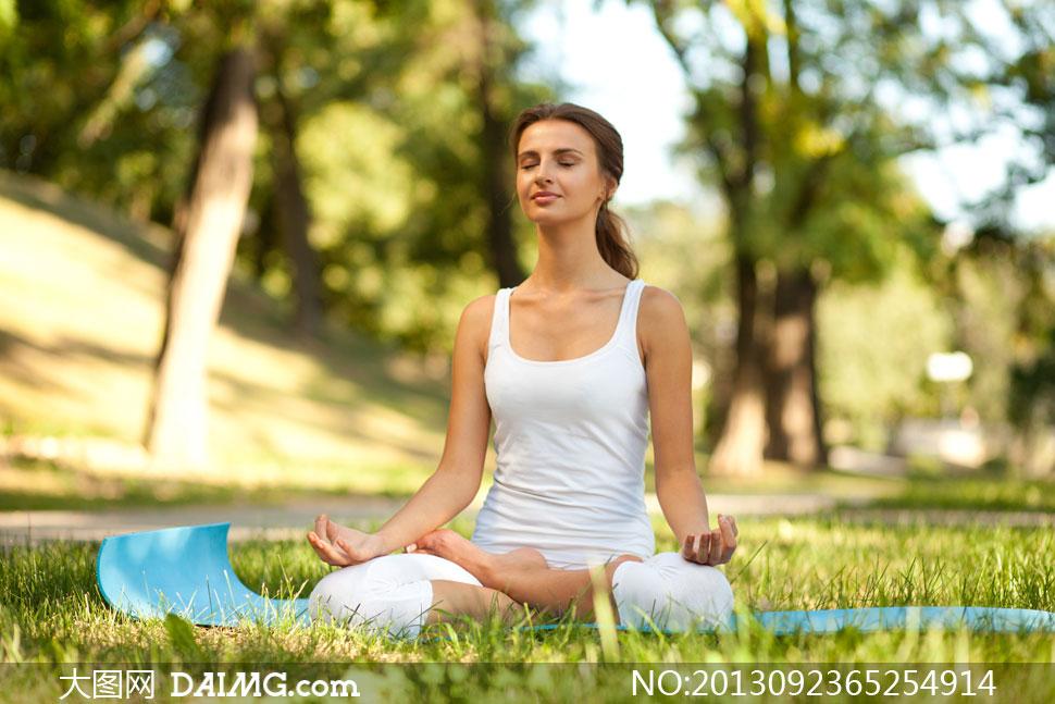 上瑜伽健身的美女摄影高清图片