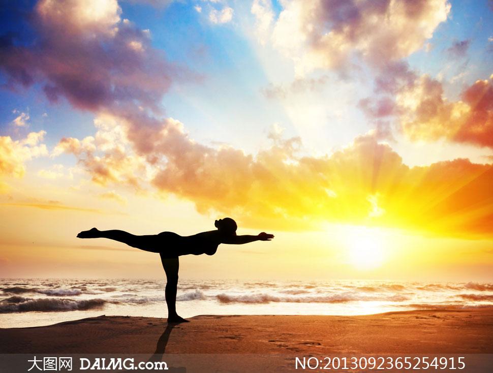 海边做瑜伽的人物剪影摄影高清图片