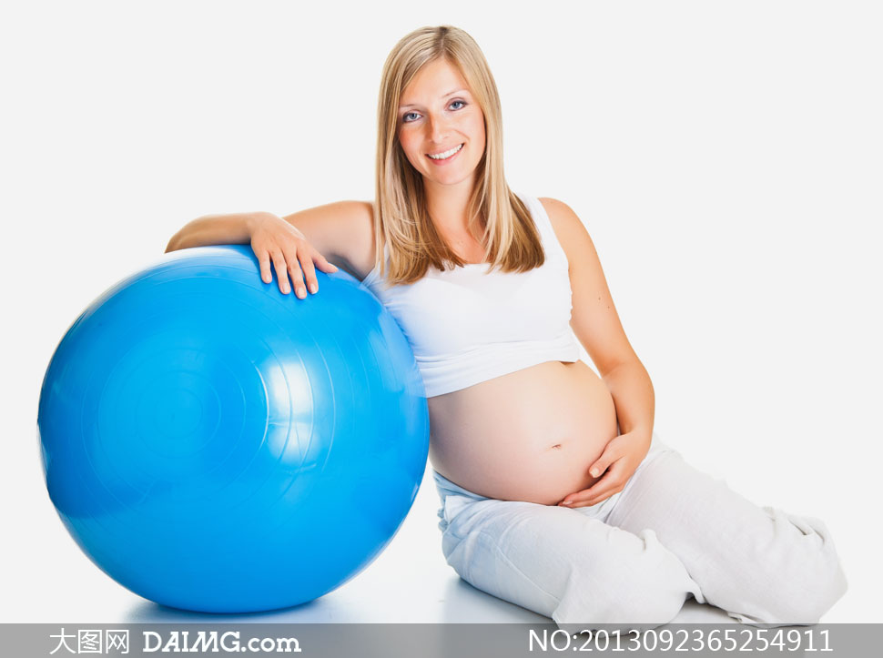 微笑孕妇与蓝色健身球摄影高清图片 大图网设