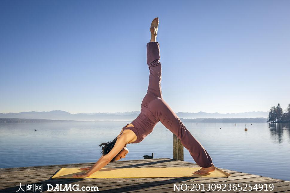 湖边瑜伽动作的美女摄影清图