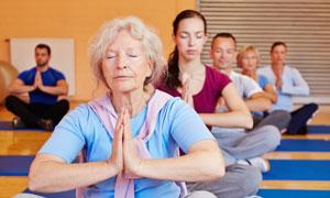 瑜伽館里靜氣凝神人物攝影高清圖片