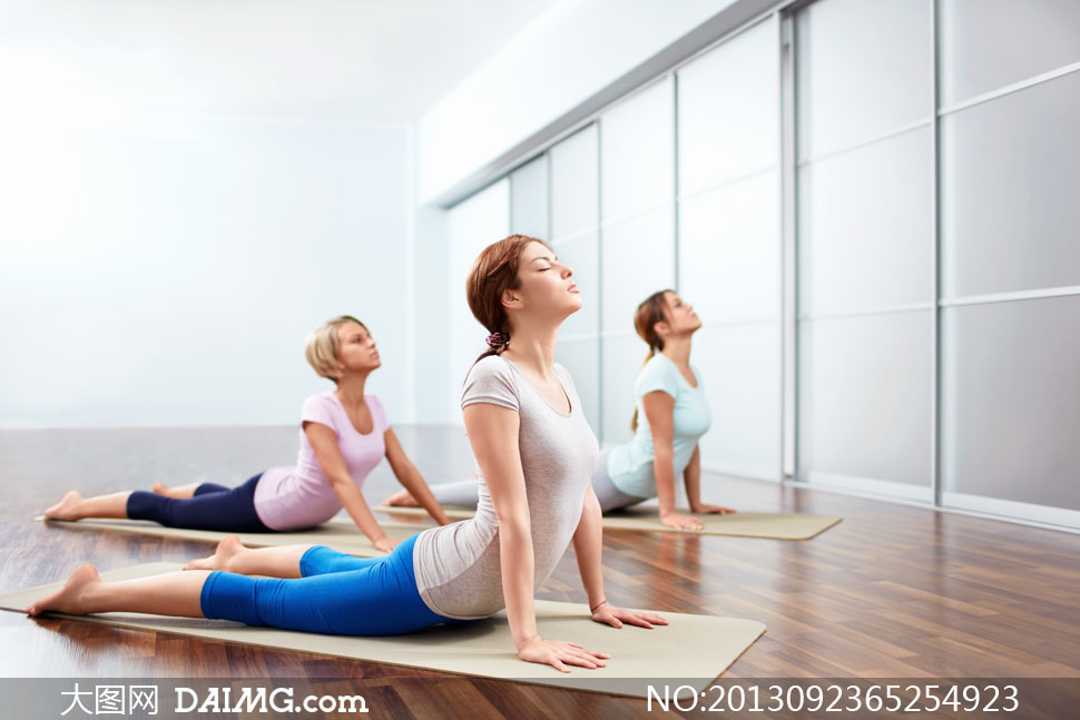 运动室内瑜伽瑜伽垫木地板瑜伽馆健身房闭着眼闭眼